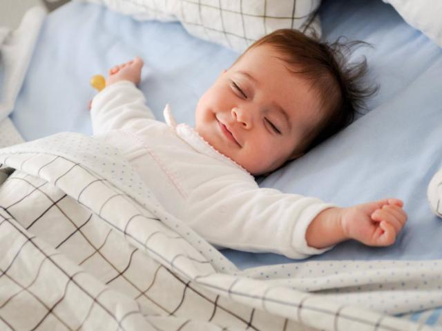 Чому новонароджена дитина, немовля спить з відкритими або відкритими очима: причини. Що таке сомнамбулізм у дітей, підлітків і дорослих: причини і лікування