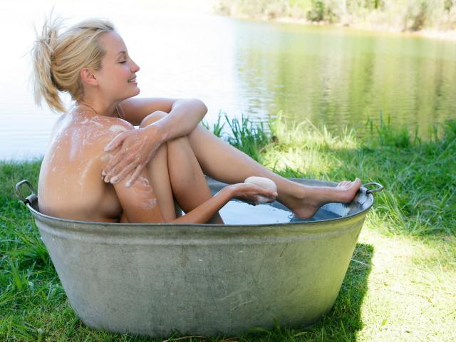 Чи можна митися, купатися при місячних у ванні, під душем, в лазні, басейні, річці, морі? Чи можна приймати гарячу ванну, гарячий душ при місячних? Як правильно митися, дотримуватися гігієни при місячних: поради, рекомендації