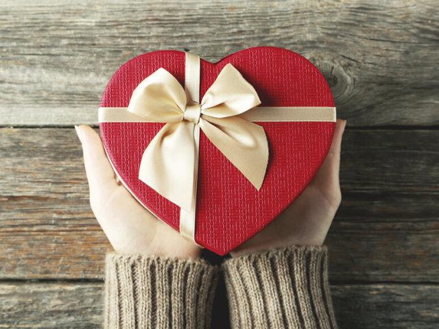Хто придумав дарувати подарунки на Новий рік, Різдво? Коли з'явилася традиція залишати подарунки під ялинкою в Росії?