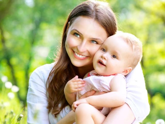 Краща добірка пісень про маму – «Я цілую твої руки, моя рідна», «З днем народження, мама», «Моя мама найкраща на світі», «Мама, мені на тебе не надивитись», Пісня мамі на 8 березня, про маму і мамонтенка: слова, текст