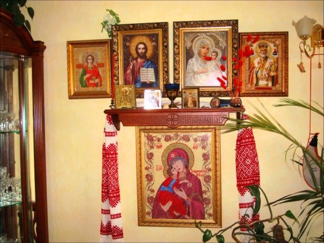 Куди і як правильно вішати ікону в квартирі, будинку, на який бік, у який кут: правила розміщення ікон в квартирі, будинку за православним законами. Яку ікону вішають над вхідними дверима, навпроти вхідних дверей, на кухні?