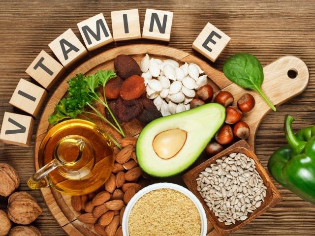 Вітамін Е в ампулах для шкіри обличчя, очей, волосся, вій, брів, губ, нігтів, п'ят, від розтяжок: найкращі рецепти застосування, відгуки. Гліцерин і вітамін Е для особи: рецепт маски, пропорції. Як позначається нестача вітаміну Е на стан шкіри і воло