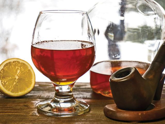 Як зробити справжній фірмовий коньяк в домашніх умовах з горілки, спирту, самогону: кращі рецепти. Як приготувати домашній вірменський, латгальська, шоколадний, швидкий коньяк Хеннессі, з винограду, з чорносливом, дубовою корою: рецепт