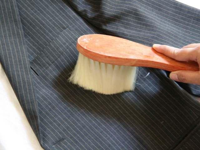 Як і чим почистити чоловічий піджак в домашніх умовах, не стираючи: поради, рецепти, рекомендації. Як почистити засмальцьований комір, лацкани, лікті піджака, піджак від поту своїми руками?
