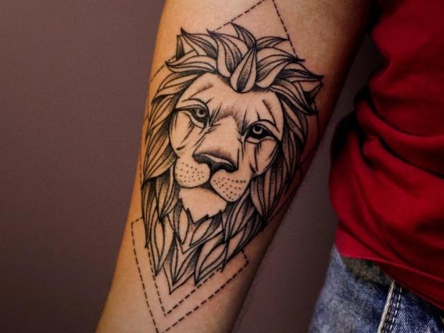 Що означає тату, мандала лев на руці, кисті, пальці, плечі, шиї, ноги, стегна, спині, животі, попереку, передпліччях, обличчі, грудях, лев з короною, квіткою, у вогні, що стоїть на задніх лапах, для чоловіків і жінок, у кримінальному середовищі? Татуюванн