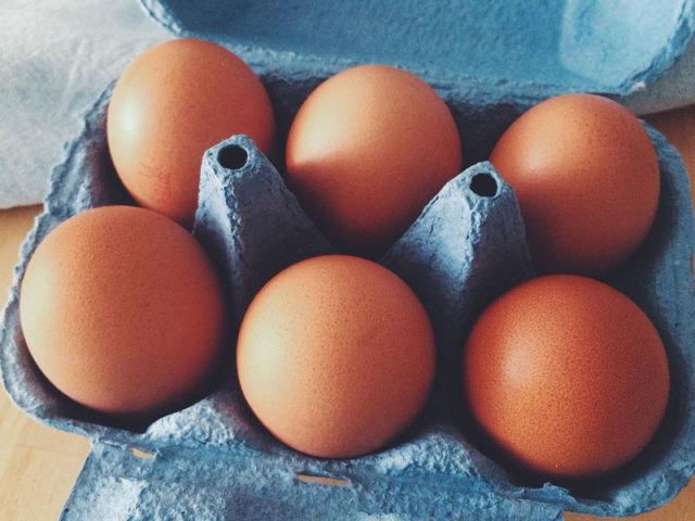 Як відрізнити сире яйце від вареного? Яке яйце крутиться, варене і сире? Способи відрізнити варене яйце від сирого