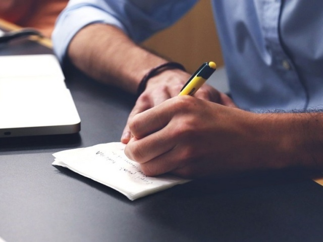Як правильно і грамотно написати пояснювальну записку на роботі начальникові, директорові з приводу відсутності на робочому місці, помилки, скарги, проступку, пригоди, за фактом порушень після перевірки: зразок, шаблон, інструкція з написання