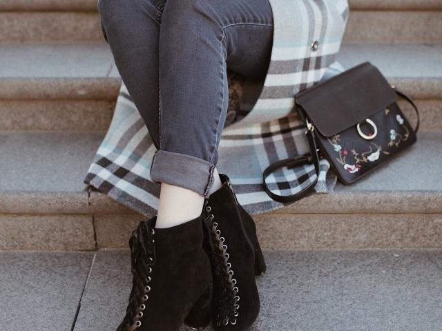 Як почистити замшеві чоботи від білих розлучень нашатирним спиртом, оцтом, пором, милом? Як видалити сіль з замшевого взуття спеціальними засобами: огляд кращих засобів для чищення та фарбування замші