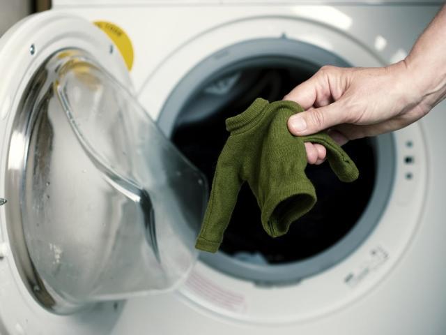 Як правильно і чим прати вручну вовняні і в'язані речі, біле і кольорове білизна: поради, секрети, правила ручного прання. Як і чим випрати вручну пуховик, джинси, бюстгальтер, термобілизна, білу сорочку, труси, майку, піджак, куртку, линяють вещ