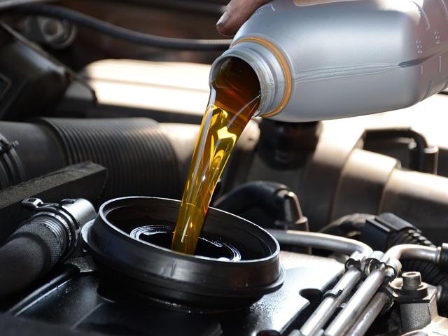 Моторне масло 5w30 і 5w40: в чому різниця? Чи можна замінювати масло 5w30 на 5w40. Що буде, якщо змішати масла?