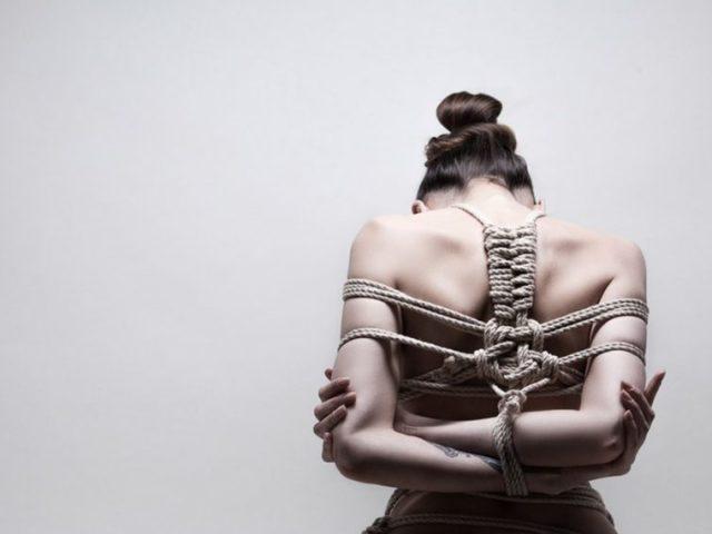 Як зв'язати самого себе до безпорадного стану міцно, мотузкою, скотчем, ременем в домашніх умовах, щоб не розв'язатися: тренування