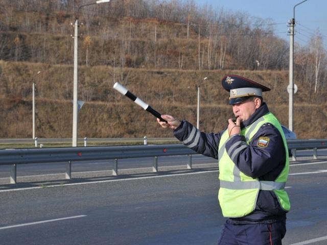 Що робити водієві, якщо інспектор ДПС зупинив на мосту: що треба знати?