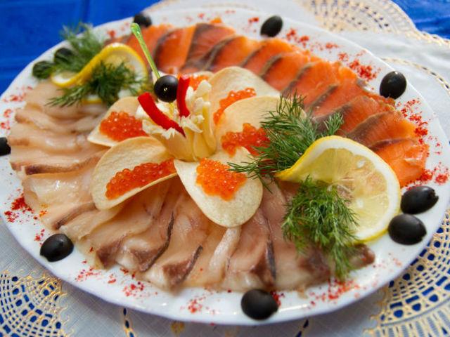 Святковий рибний стіл — сервіровка риби, оформлення холодних закусок і нарізок з риби: варіанти, фото. Як красиво нарізати рибу, прикрасити на тарілці і подати на святковий стіл?