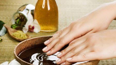 Робимо ванни з сіллю для зміцнення нігтів