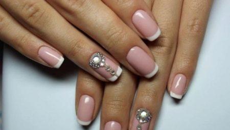 Ідеї дизайну білого френча на нігтях зі стразами