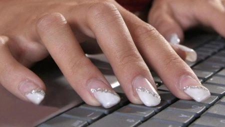 Гарне оформлення білих нарощених нігтів