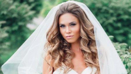 Весільні зачіски з фатою на довге волосся: різноманіття варіантів і приклади їх виконання