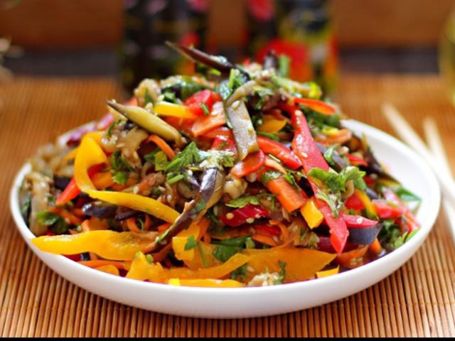 М'ясо по-корейськи: класичний рецепт, свинина з томатами, яловичина по-корейськи зі свіжими огірками, курячі стегенця по-корейськи, м'ясо з вешенками, з гострою морквою, з капустою, з баклажанами, з картоплею