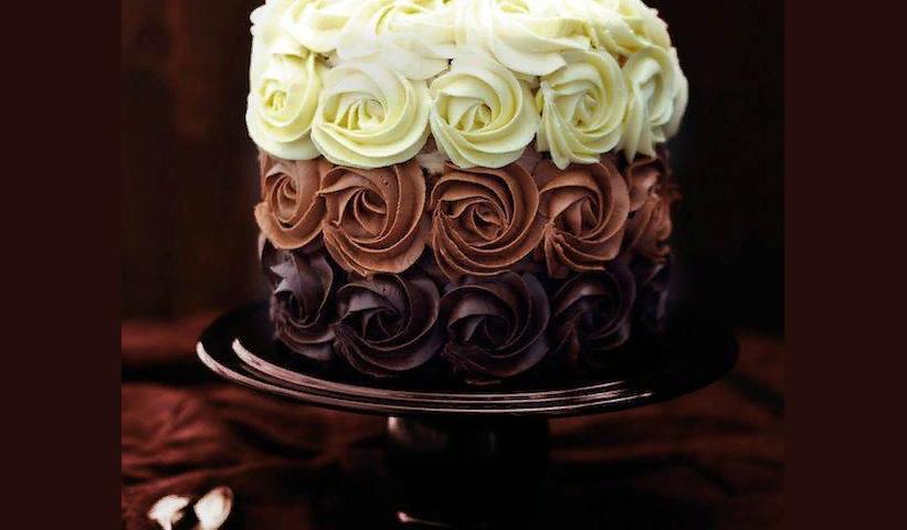 Смачний торт з 3 кремами — з вершковим маслом, вершково-сирним, вершково-сирним, вершково-сметанним, шоколадним, кремом із згущеного молока і вершкового масла, крем-сиром: найкращі рецепти, фото, відео