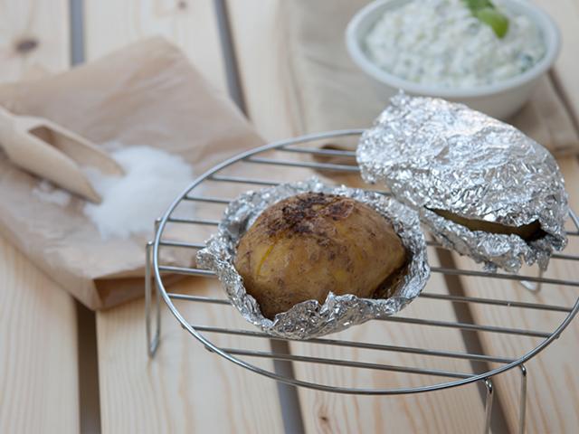 Як користуватися фольгою для запікання в духовці? Харчова фольга для запікання: якою стороною класти всередину, куди матової і блискучої стороною? Як правильно загорнути м'ясо, рибу, картоплю, курку, продукти у фольгу для запікання?