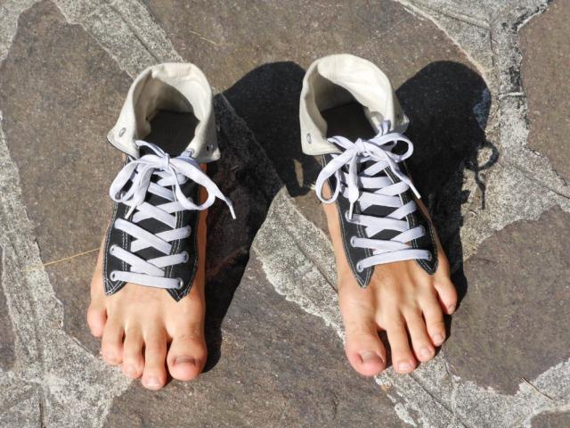 Як і чим обробити взуття від грибка нігтів і стопи? Як обробити взуття від грибка мірамістином, хлоргексидином, формаліном, формідрон, оцтом, перекисом водню для дезінфекції?
